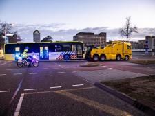 Kapotte IC-bus met coronapatiënten wordt na korte check in Radboudumc weggesleept naar Groningen