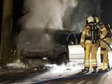 Auto valt opeens uit bij Bathmen en vliegt in de brand