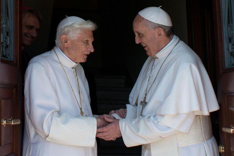 Paus Franciscus (rechts) en emeritus paus Benedictus. Beeld afp