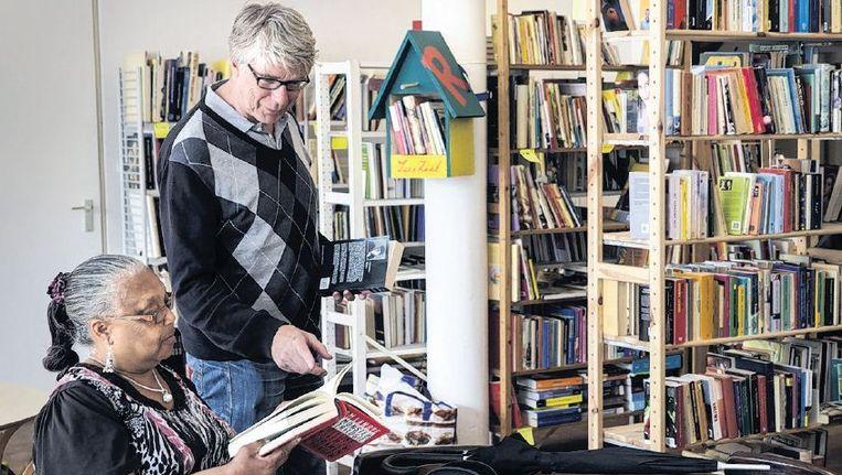 Leeszaal West, een bibliotheek die op vrijwilligers draait, in Rotterdam. Beeld Arie Kievit