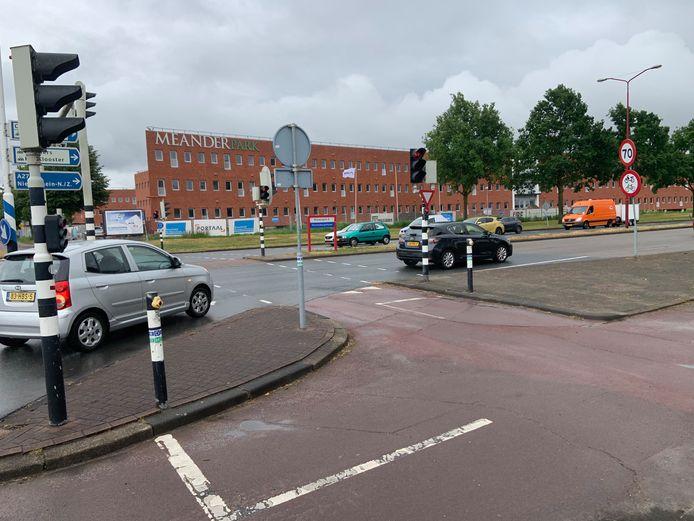 De gevaarlijke kruising over de Plettenburgerbaan, vlak voor het Meander Park appartementencomplex in Nieuwegein.