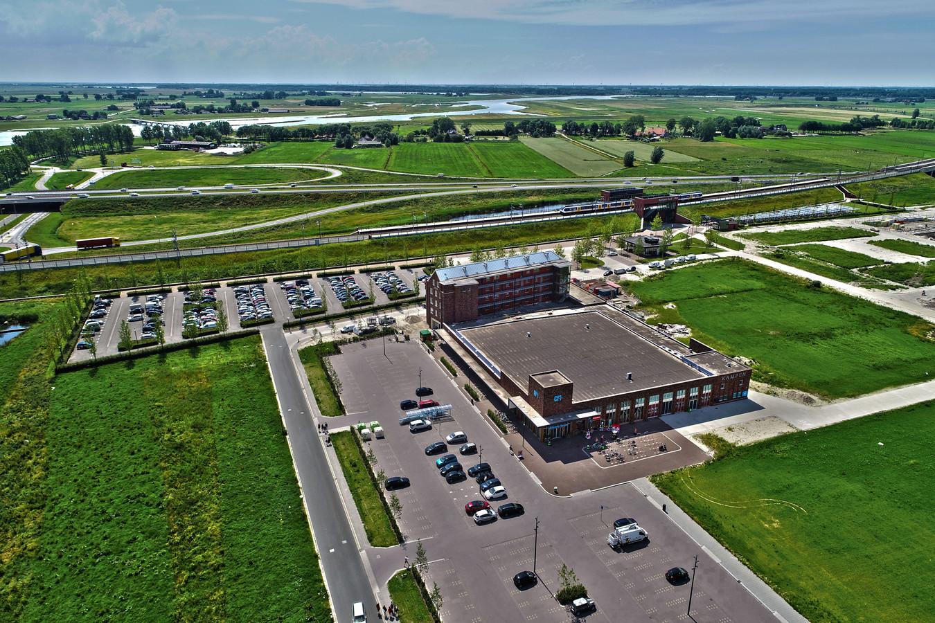Station Kampen-Zuid is in de zomer twee weken lang eindpunt voor treinen uit randstad. Gemeente Kampen verwacht parkeeroverlast en stelt daarom verbod en blauwe zone in rondom Albert Heijn.