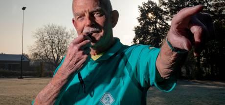 Wim (75) uit Apeldoorn is al bijna heel zijn leven scheidsrechter: 'Ik heb een heel dikke huid'