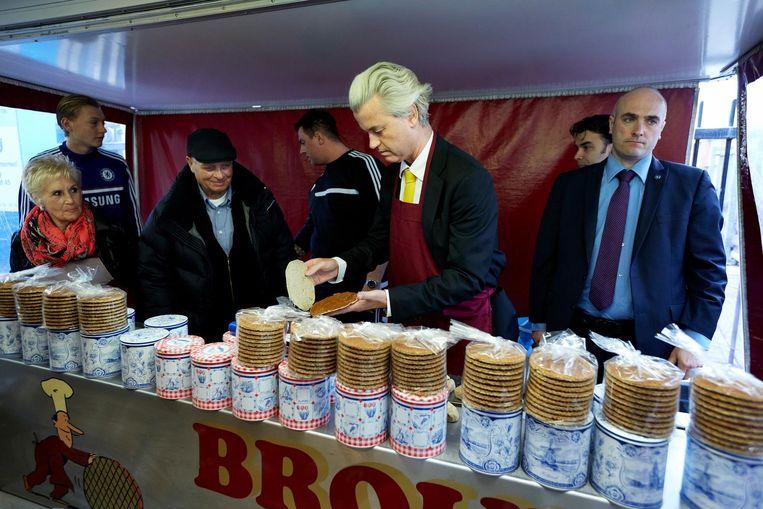PVV-leider Geert Wilders bakt stroopwafels in het kader van de gemeenteraadsverkiezingen. Beeld ANP