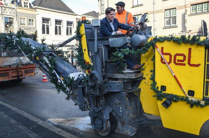 Wethouder Piet Sleeking maakt zelf een begin met de werkzaamheden door het wegfreezen van een stuk asfalt. Er komt natuursteen voor in de plaats.