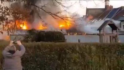 Achterbouw 't Glasatelierke gaat in vlammen op