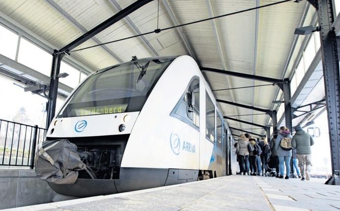 Reizigers stappen in Almelo in de trein. Ze hopen op een voorspoedige reis