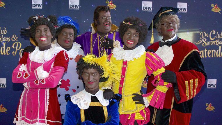 Testpiet, Keukenpiet, Hoge Hoogte Piet, Muziekpiet, Danspiet en Profpiet op de rode loper bij de filmpremiere van De Club van Sinterklaas - Het Pratende Paard. Beeld ANP