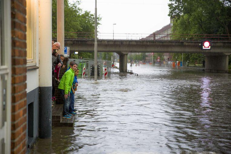 Ondergelopen straat in Arnhem na extreme neerslag in 2016. Beeld ANP