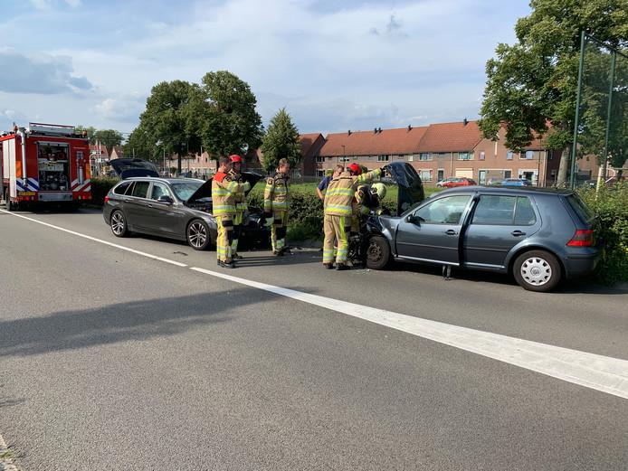 Twee auto's zijn frontaal op elkaar gebotst op de Pothoofd in Deventer.