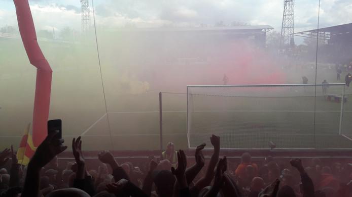 Gele en rode rook vult de volgepakte Adelaarshorst bij het begin van de beslissende nacompetitiewedstrijd van Go Ahead Eagles tegen RKC Waalwijk.