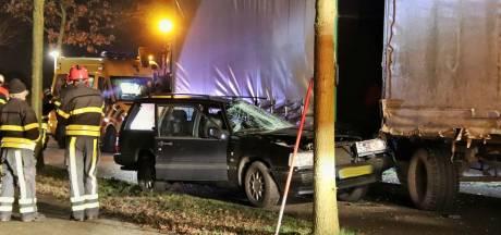 Auto komt onder tractor met aanhanger in Hoogerheide