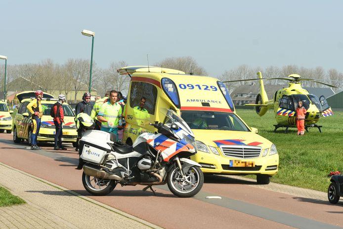 Traumahelikopter en ambulances rukken uit voor een gewonde wielrenner.