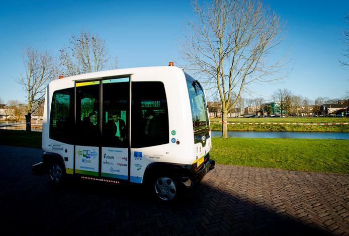 Passagiers op het Duitse vliegveld Weeze, net over de grens bij Nijmegen, kunnen instappen in zelfrijdende busjes van de provincie Gelderland. De busjes leggen een traject af tussen de vertrekhal, de parkeerplaatsen en het hotel bij het vliegveld.