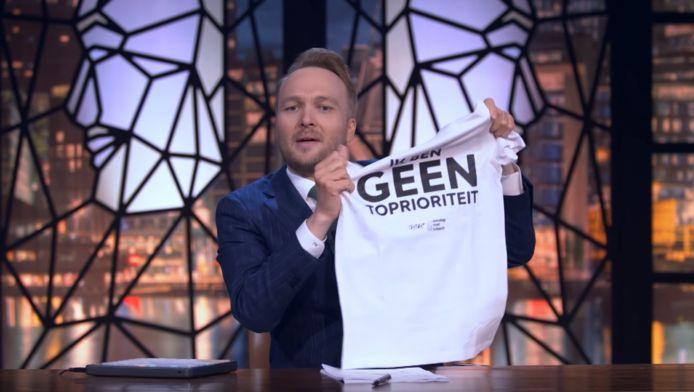 Arjen Lubach met het T-shirt.