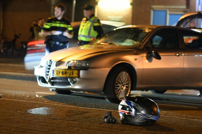 Een brommerrijder is vanavond rond 20.30 uur op de Wilhelminaweg in Woerden aangereden door een auto.