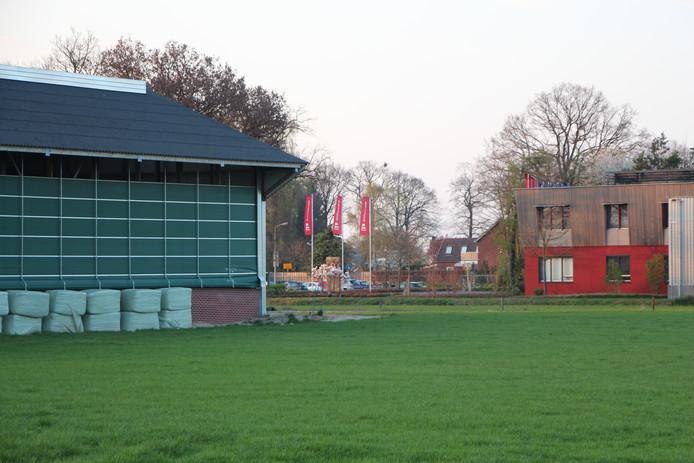 Links de ligboxenstal van Epping bij de dorpsingang van Rietmolen vanaf de N315; rechts de bedrijfsgebouwen van bouwbedrijf Kormelink.