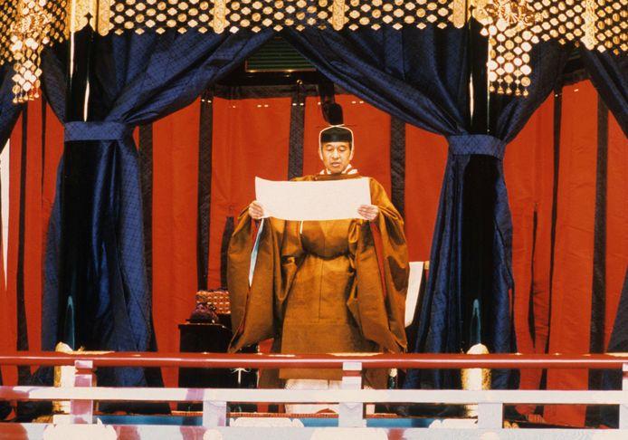 Keizer Akihito, de vader van de nieuwe keizer, tijdens zijn inhuldigingsplechtigheid in 1990.