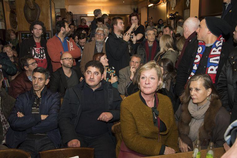 Een propvol café luistert naar de uitleg van Els Ampe.