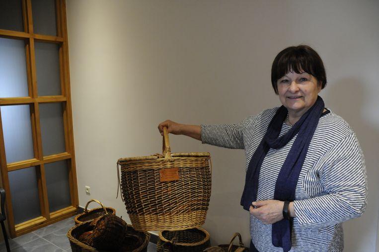 Lydia Bamps toont een van haar manden
