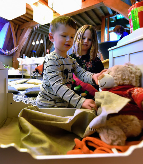 Knuffels houden slaapfeestje in Bergse bibliotheek