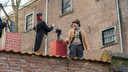 De schoorsteenvegers voeren de ene na de andere sketch uit naast de vrouwengevangenis.