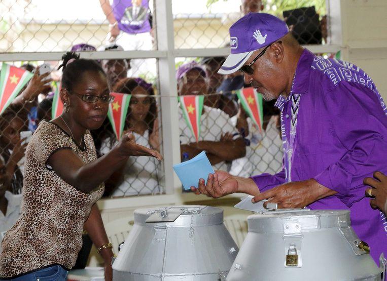 Als laatste politieke leider bracht NDP-leider Desi Bouterse maandag zijn stem uit. Hij werd luid toegejuicht door veel NDP-aanhangers in de wijk Clevia van Paramaribo. Beeld reuters