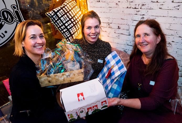 Freelance journalist Marloe van der Schrier (m.) bij het uitdelen van kerstpakketten.