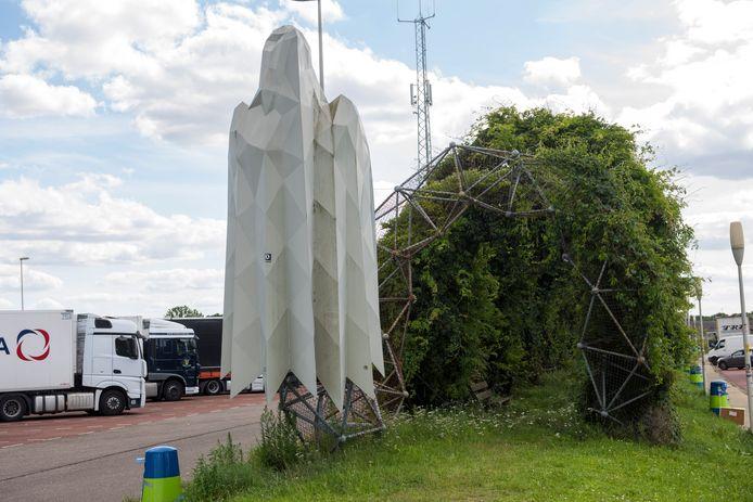 Het kunstwerk 'The Shadows of Son Heath' van Marcel Smink op parkeerplaats Sonse Heide aan de A50. Aan de uiteinden van de begroeide boog staan 'adelaars' op wacht.