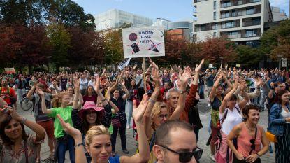 Actievoerders klappen honderd keer om ambitieus klimaatplan te eisen
