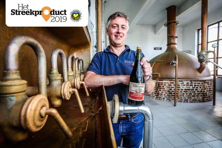Stefan Strubbe met zijn Ichtegem's Grand Cru in de brouwerij.