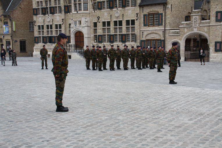 Medailleparade op de Grote Markt van Diksmuide om de militairen van het kwartier in Lombardsijde te danken voor hun inzet.