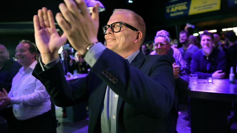 Jan Roos op verkiezingsavond referendum over associatieverdrag Oekraine. Hij is blij als hij hoort dat het benodigde aantal stemmen is gehaald. Beeld Marcel van den Bergh / de Volkskrant