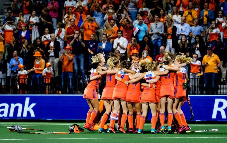 De hockeyvrouwen van Nederland vieren feest na het winnen van de EK-finale van België tijdens het Europees Kampioenschap hockey. Beeld ANP