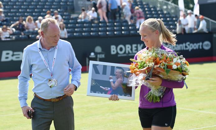 Kiki Bertens met toernooidirecteur Marcel Hunze op het centre court in Rosmalen.