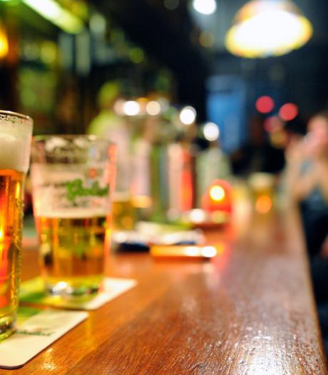Man (18) valt in slaap aan bar en mishandelt portier nadat hij uit kroeg wordt gezet in Roosendaal