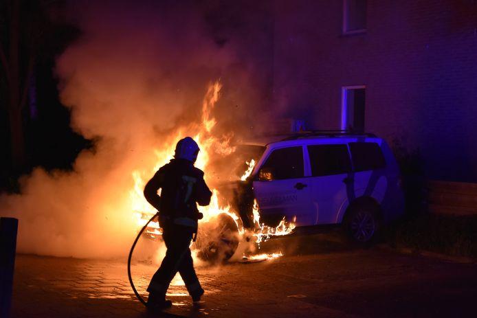 Een brandweerman blust een brandende auto aan de Tjalkwerf in Gouda, in mei vorig jaar.