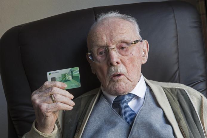 De 103-jarige Leendert Huiszoon met zijn bankpasje.