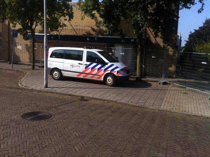 Een politieauto voor de deur van het zwembad in Nijmegen-Oost. Foto: Fran Hermans/DG