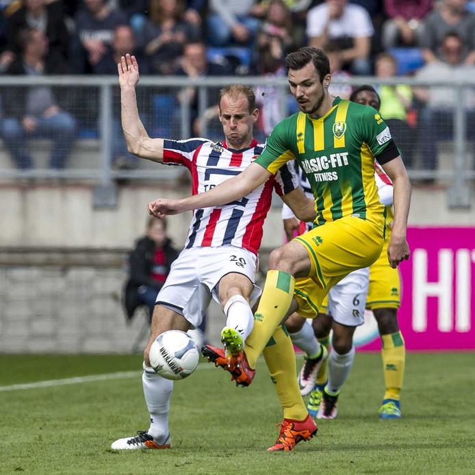 Mike Havenaar (rechts) in duel met Frank van der Struijk.