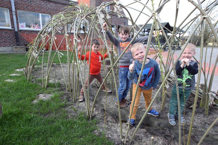 Een beeld van de school Kruipuit, toen de leerlingen daar twee jaar geleden nieuwe wilgenhutten mochten bouwen.