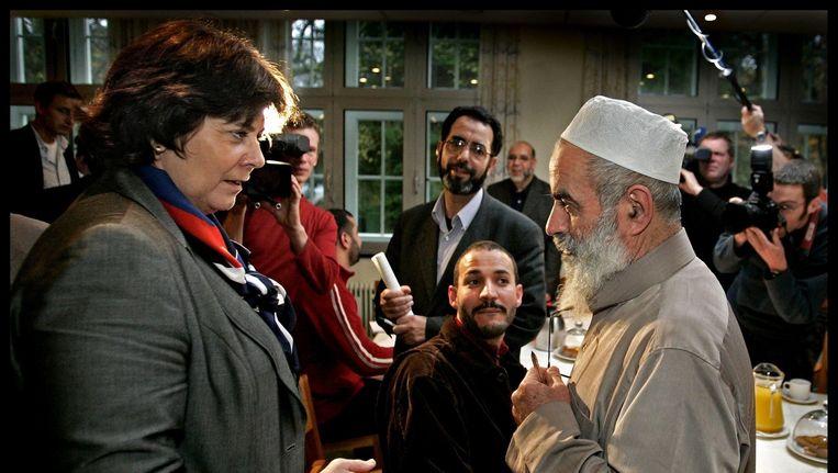 Toenmalig minister Verdonk voor Vreemdelingenbeleid en Integratie steekt in 2004 haar hand uit naar een imam, die deze weigert uit geloofsovertuiging. Beeld null