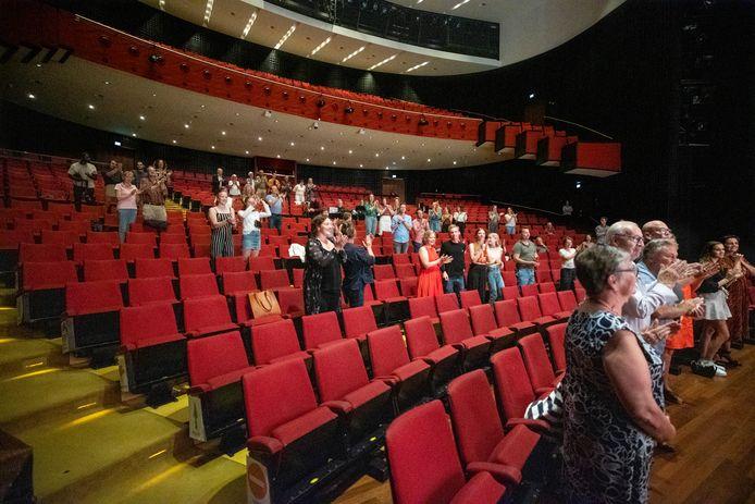 Publiek op anderhalve meter bij de voorstelling Game Over in het Eindhovense Parktheater in Eindhoven.