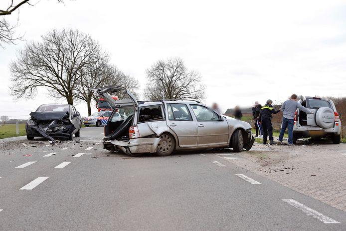 Drie auto's zwaar beschadigd, twee slachtoffers naar het ziekenhuis na een botsing bij Gassel.