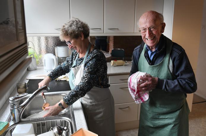 Henk Baas met dochter Joke aan de afwas.