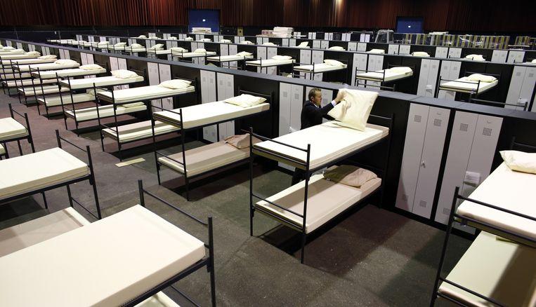 Veel asielzoekerscentra zitten vol, daarom vangt men in de IJsselhallen in Zwolle nog eens 400 asielzoekers op. Beeld null