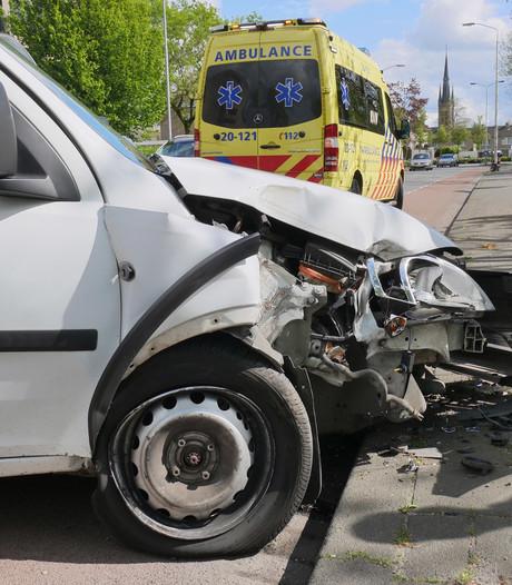 Bestelwagen rijdt tegen lantaarnpaal op Heilaarstraat in Breda, bestuurder gewond
