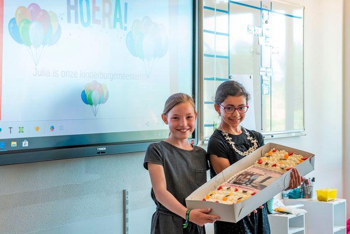 Julia Meeuwsen (links) is de nieuwe kinderburgemeester van de gemeente Overbetuwe. Rechts: Salma Bensiali.
