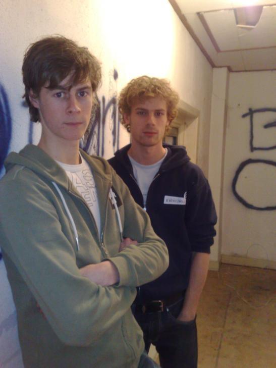 Jos Stolper (links) en Jan van den Engel zwerven de komende weken van studentenhuis naar studentenhuis, totdat ze op 18 februari een flat in Holtenbroek kunnen betrekken. foto Sander Wageman