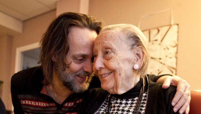 Hugo Borst met zijn moeder, die aan alzheimer lijdt